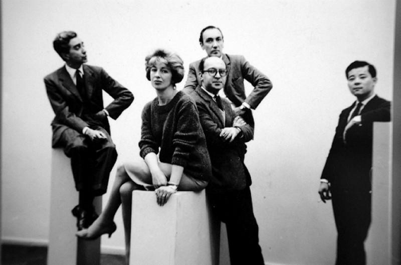 El grupo de los cinco, de izquierda a derecha: Miguel Ocampo, Sarah Grilo, Clorindo Testa, Kazuya Sakai y al fondo José A. Fernández-Muro. Foto: Diana Levilie